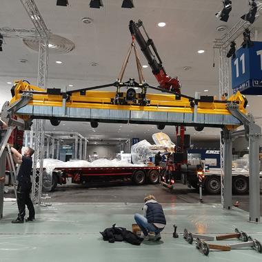 Das größte Ausstellungsstück wird auf seine Ständerkonstruktion gehoben