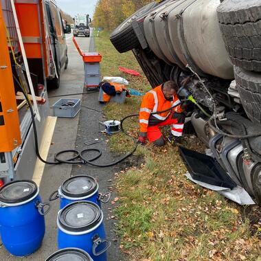 Umpumpen des Dieselkraftstoff in Fässer auf unserem Ölwehranhänger