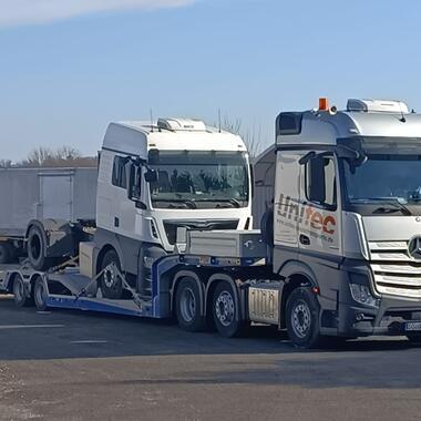 Sattelzugmaschine auf unserem Truck Carrier