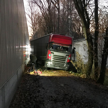 Der LKW hängt in der Bankette der engen Umfahrt fest