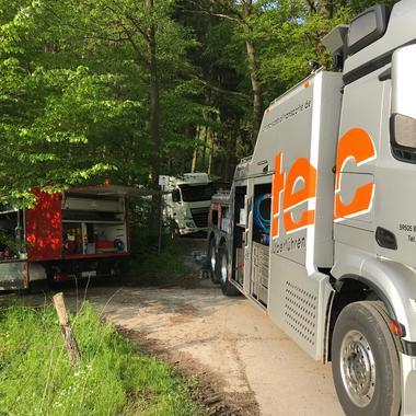 Unterfahrlift und Rüstwagen im Grünen