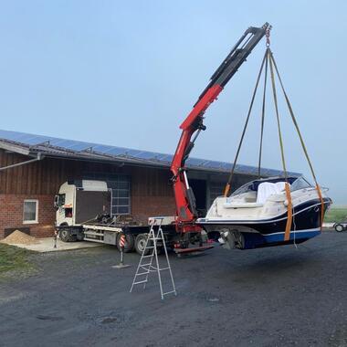 Umladen eines Sportbootes mit dem Heckkran Fassi 545
