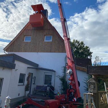 Da das Dach des Anbaus nicht Tragfähig genug für ein Gerüst ist, war der Kran mit Arbeitskorb eine gute Alternative