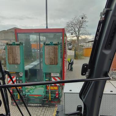 Blick aus der Krankabine auf den Container, das Anschlagen des Containers wird vorbereitet