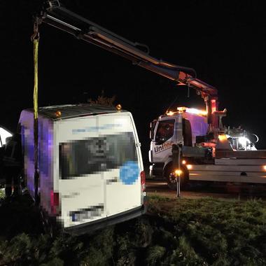 Stabilisierung des Kleinbus mit Kran vom LFBK