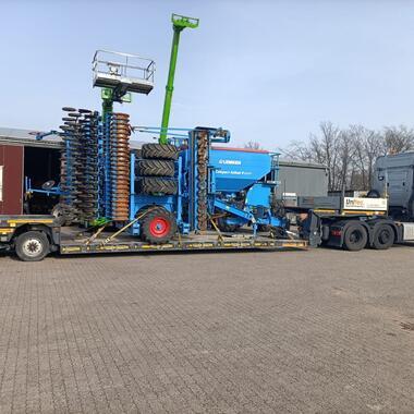 Transport einer Landmaschine mit unserem Tiefbett