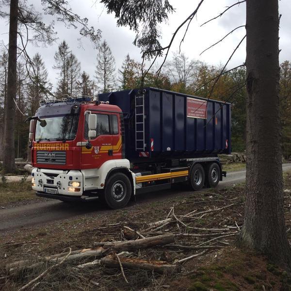 Anfahrt der Container im Wald