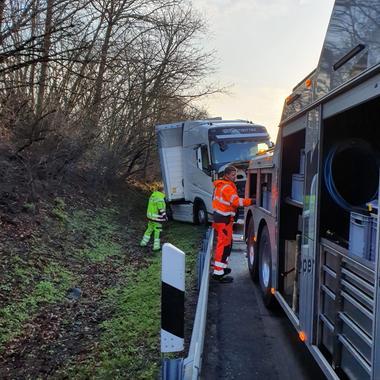 Ein LKW war auf der A44 von der Fahrbahn abgekommen