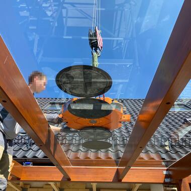 Nachdem die Glasscheibe an seinem Platz liegt, wird der Glassauger entfernt