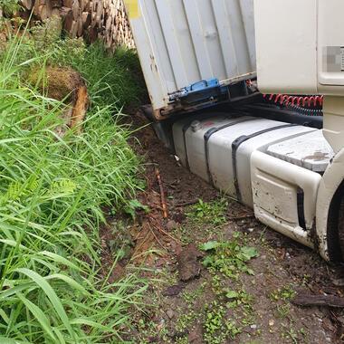Tank und Achsen des LKW liegen auf dem Boden auf.
