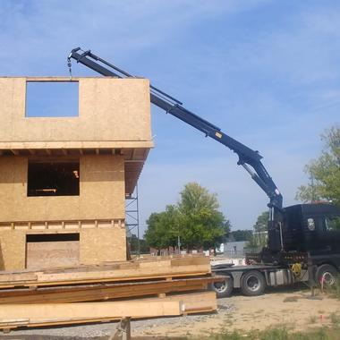 Montage eines Bürogebäudes aus Holz