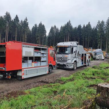 Unser AWU und unser 16 Tonnen Bagger befreien den LKW aus seiner misslichen Lage