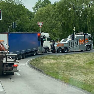 Abschleppen eines verunfallten LKW von der A44 zur Werkstatt