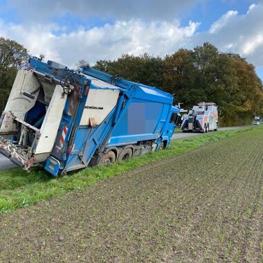Der Müllwagen droht im Graben umzukippen
