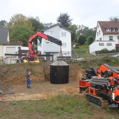 Unser Kran-Motorwagen hebt den Schacht von der Straße auf die erste Ebene im Baufeld