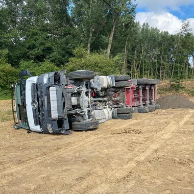 Der umgestürzte Sattelkipper liegt auf einem Feld