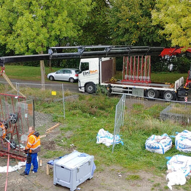 Die Glasgestelle wurden mit unserem Ladekran LKW an der Baustelle verteilt
