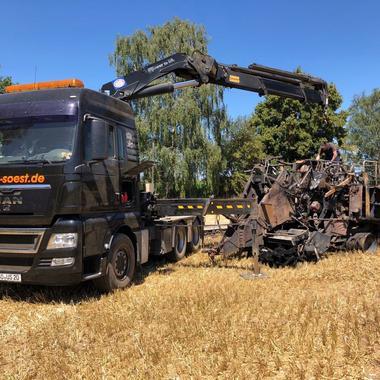 Kran-Zugmaschine bei der Bergung einer abgebrannten Strohpresse