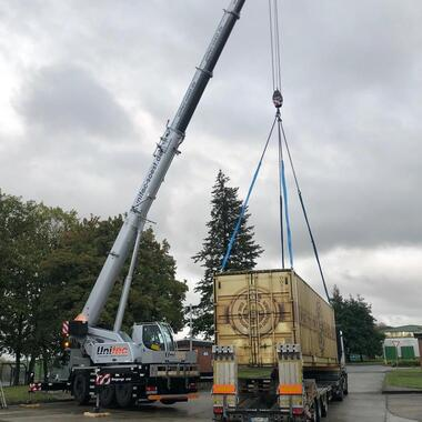 Der zweite Container wird auf unseren Semi-Tieflader verladen
