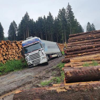 Der LKW liegt an einem Holzpolter