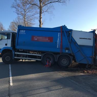 Müllwagen im Graben